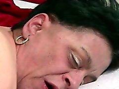 granny tenant un coq dans sa foufoune