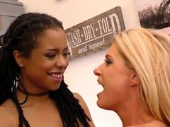 India Summer et Kira Noir Interracial Lesbian Sex