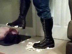 Mon sissy mange la tarte de mes bottes