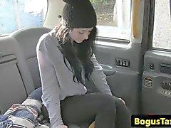 Alzato fottuta tassì con una ragazza blackhaired
