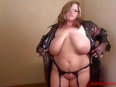 Stora barbröstad tjej i tät plast