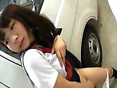 Aasian teini työskentelee kiimainen kusipää
