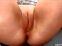 Alemão slut em roda grande sem calcinha masturbando