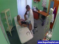 Paziente bionda che ottiene pestate dal suo medico curante
