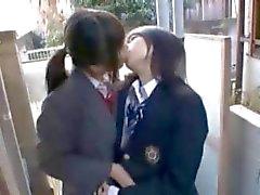 Junges asiatisches Girl wird unterm Rock am Bus von einem anderen küken tastete