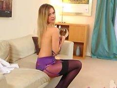 Petite fille douce dans la culotte violet
