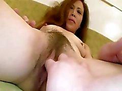 Азиатская зрелая телка на руку при приеме ванной и любит его