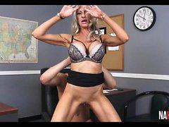 Suuret tissit Blonde MILF pomo vittuile harjoittelija Emman Starr