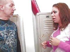 Плохая девочка Каменщик Moore трахается в гардеробе