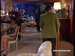 Silvia Saint saugt einen Hahn an einer Party, während alle Uhren