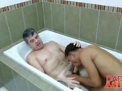 Asian dude Sex in einem Badezimmer mit älteren Stud