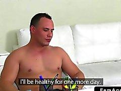 Agenti femminile tromba una tizio muscolosa
