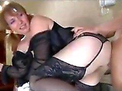 Pigtailed Milf, daha da genç bir adamla cinsel ilişkiye giriyor çünkü Daima Wan