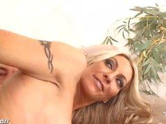 Große Brüste Emma Starr wird gefickt und facialized