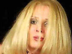 Kinky Lesbos füllen ihre enormen Bums mit Schlagsahne