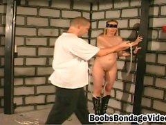 Kinky nena obtiene una tortura pezón caliente de su amante