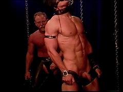 Abgedeckter Muskel Stud in der Knechtschaft erhält eine Tracht Aufschlag sowie zu seinem großen männlich sein Knackarsch .