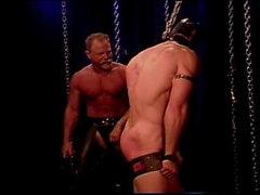 Masked au mec musclé dans la servitude reçoit un la flagellation pour son grand bubble butt viril .