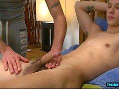 Ragazzo tatuato rimjob con massaggio