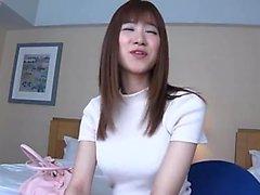 Busty Asian Babe Necesita Dos Pollas Grandes