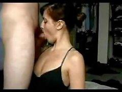 Le modèle de caméra sexy Brunette de CamBusted · com est fessé et filmé par un fan