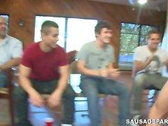 I giovani uomini oliati sfregamento su ogni altra