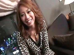 Magnifique japonaise babe en culotte violette serré lui plaît