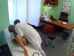 La enfermera rubio traviesa portazo el médico