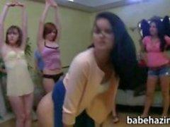 College kvinnoförening lesbiska strapon fun på baksidan rummet