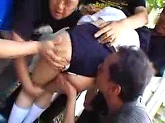 Jolie fille a un groupe de garçons horny embrasser et caresser