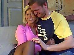 Blonde français avec de jolies seins baisée