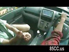 Bir arabada masum kız öğrenci oral seks