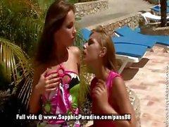 Nevena ve Kissy sarışın ve kızıl saçlı lezbiyen öpüşme ve dokunma