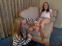 Los pies Cute niñas cosquillas