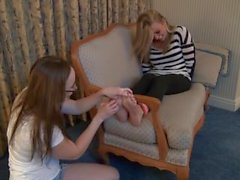 Sevimli kız feet Tickle