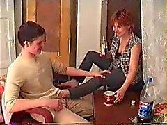 Betrunkener Mutter und Sohn nach Vater gefilmt