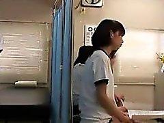 Petite Cutie japonês tem um cara nerd examinando detalhadamente
