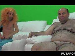 Dudes coquins partageant un chaude blonde à Gang bang