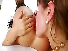Modelos anais lésbicas usando dildos brutais