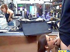 Raucher Heiß Latina Saugen auf der Kunden Schwanz hart