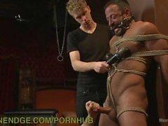 Muscle-Bound Hunk gefesselt und gehänselt