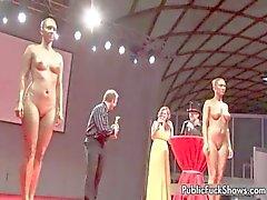 Prostituta completamente nu fica mostrando tesão