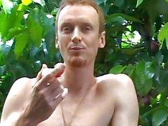 Della vite prigioniera allegro mangia la frutta naked