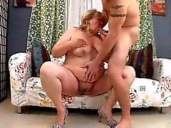 bbw moeder met jonge man op de divan
