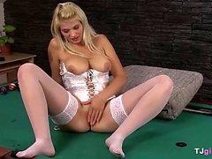 Грудастая блондинка показывает свою влагалище