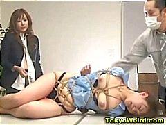 Chica oficinas japonés humillado y una palmada