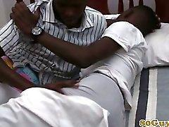 Ungdomar etniska Afrikanerna hånglar samt bj