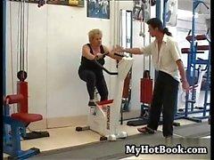 Bu Olgun BBW egzersiz yapmak için spor salonuna gittiğinde