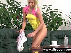 Sevimli genç sarışın pislikli masayı kaplıyor