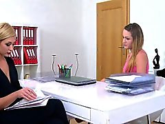 Lesbian Agent liebt enge Pussy